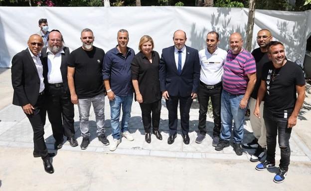 ראש הממשלה בנט ושרת הכלכלה ברביבאי ובעלי האולמות (צילום: איציק בירן)