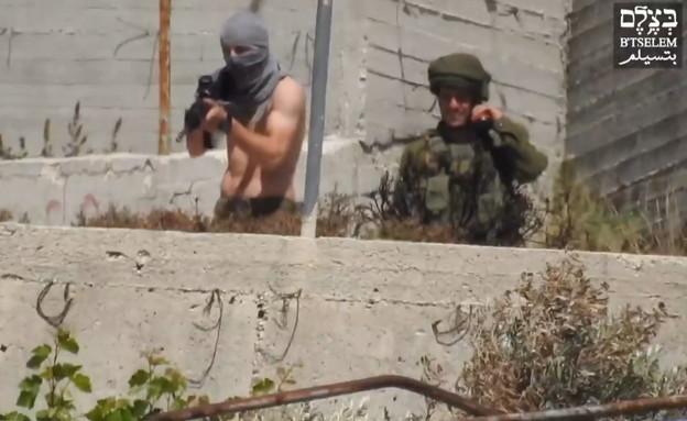 רעול הפנים שתועד יורה לעבר פלסטינים בשומרון (צילום: בצלם)