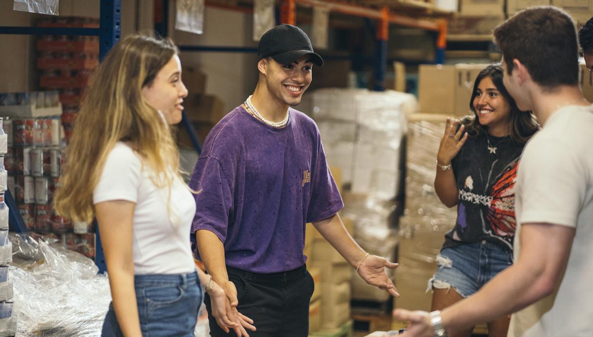 מרגי בהתנדבות במרכז חלוקת מזון