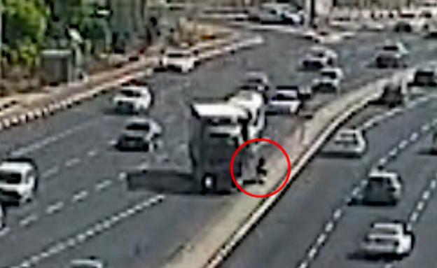 """תיעוד: נהג משאית פגע ברכב קורקינט בכביש 40 (צילום: מתוך """"חדשות הבוקר"""" , קשת 12)"""