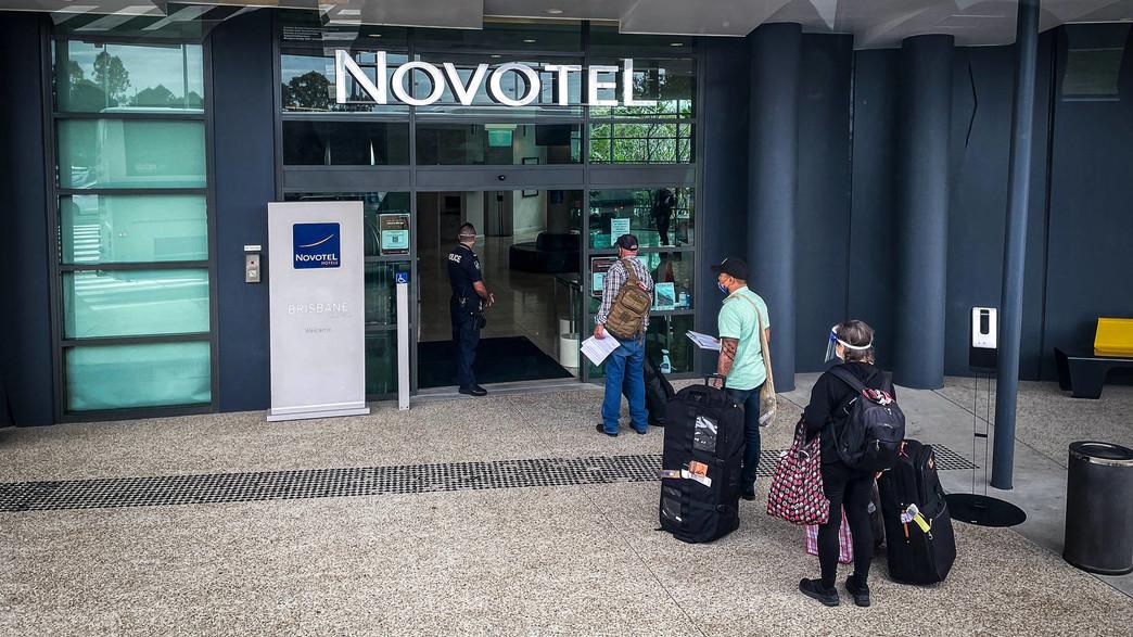 תיירים בדרך לבידוד (צילום:  David Gray, getty images)