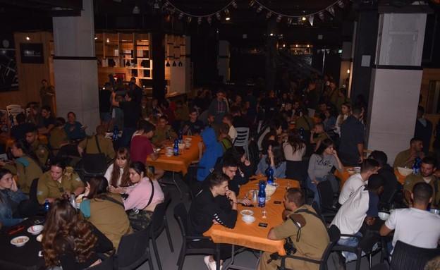 """הרצאה על הבר לעידוד גיוס בקרב בני נוער (צילום: דו""""צ)"""