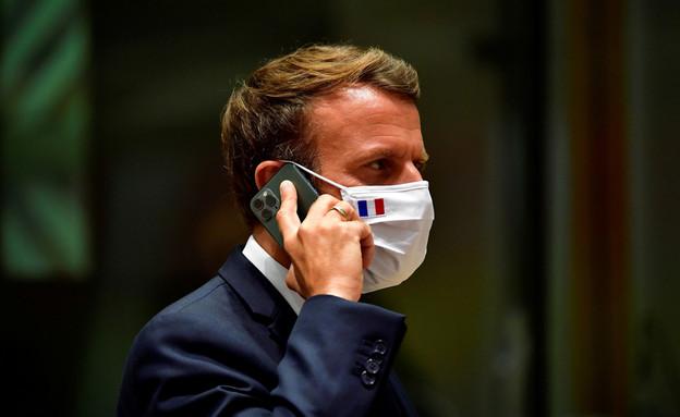 נשיא צרפת עמנואל מקרון משוחח בטלפון הנייד שלו (צילום: רויטרס)