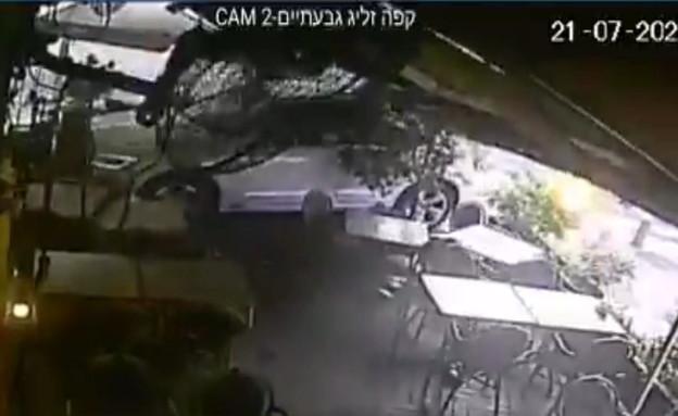 תיעוד ממצלמות האבטחה של רכב מאבד שליטה ונכנס לקפה  (צילום: קפה זליג)