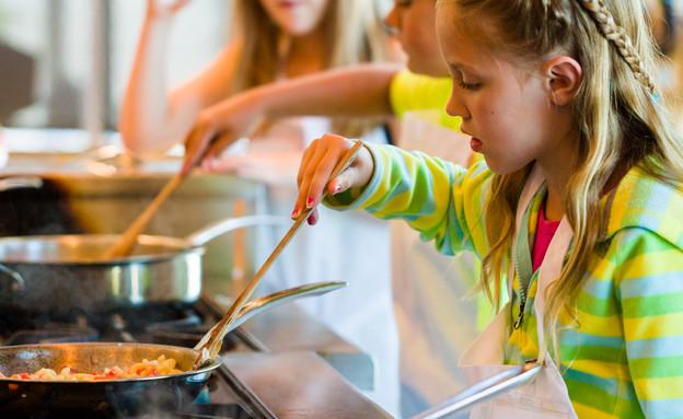 ילדה מבשלת (צילום: shutterstock by Arina P Habich)