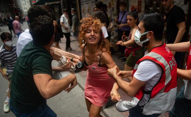 מפגינה נעצרת במהלך מצעד הגאווה באיסטנבול, יוני 2021 (צילום: BULENT KILIC/AFP, GettyImages)