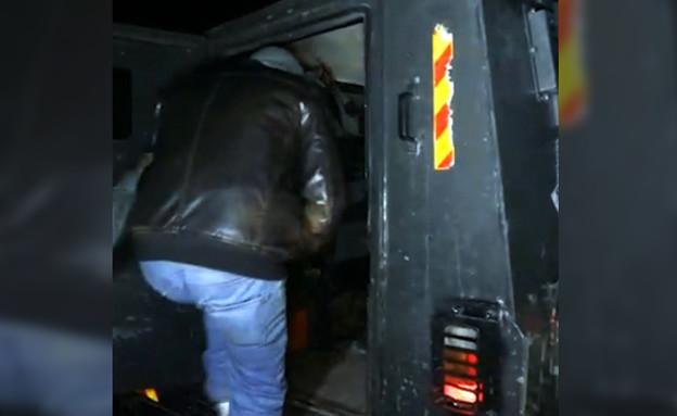 מעצר וחיפוש בביתו של צייד צבאים (צילום: דוברות מתפ״ש)