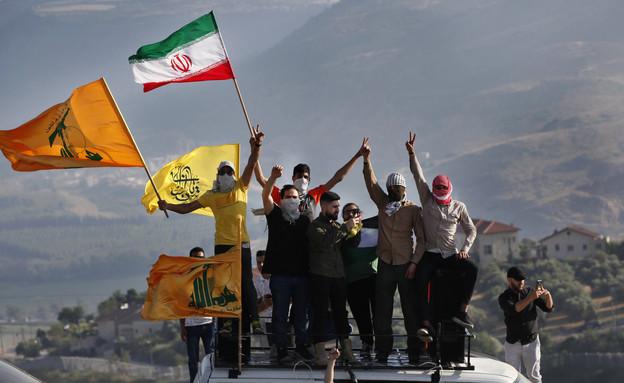 כוחות חיזבאללה בגבול הגולן הסורי (צילום: AP)