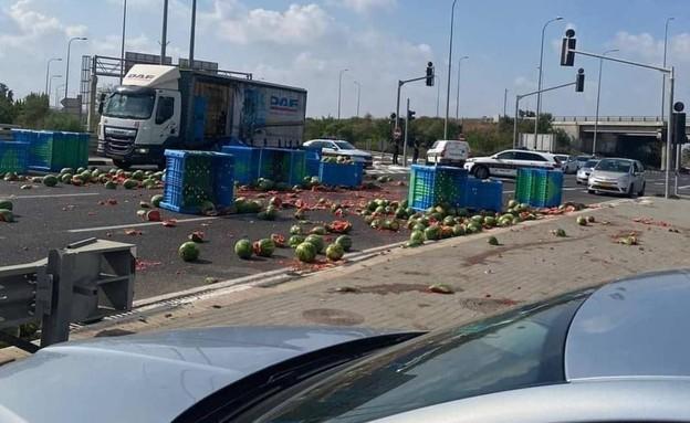 אבטיחים התפזרו על הכביש, אופנוען נפצע (צילום: חברת נתיבי ישראל)