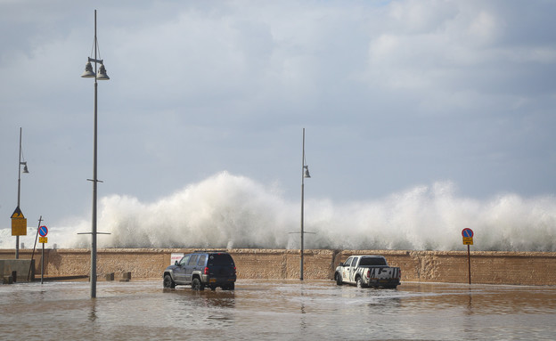 גלי ענק והצפות בנמל יפו בעקבות מזג אוויר סוער (צילום: יעקב לדרמן, פלאש 90)