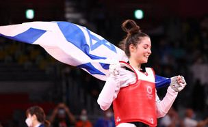 אבישג סמברג עם דגל ישראל (צילום: רויטרס)