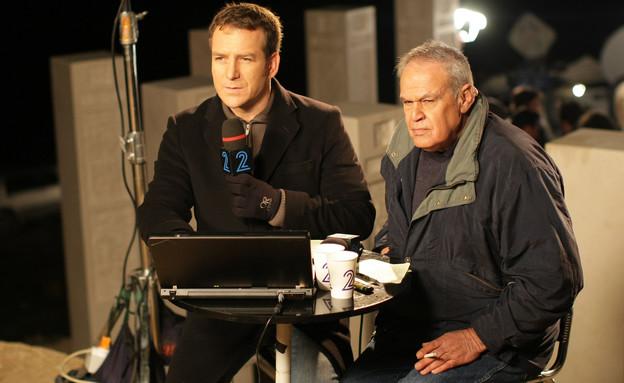 רוני דניאל ודני קושמרו בשידור ליד גבול עזה 2009 (צילום: קובי גדעון , פלאש 90)