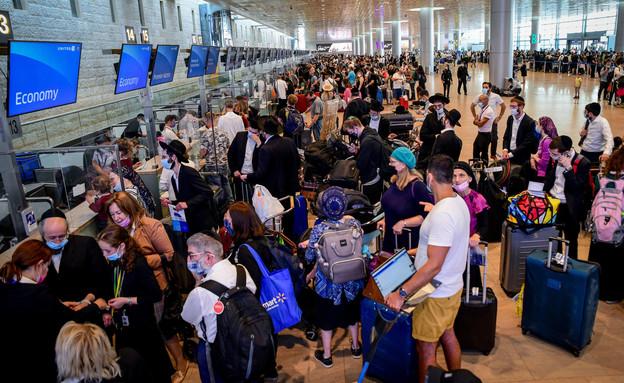"""נוסעים בדרך לטיסה בנתב""""ג (צילום: אבשלום ששוני, פלאש 90)"""