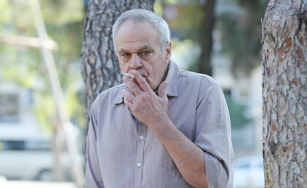 רוני דניאל מעשן (צילום: עודד קרני)