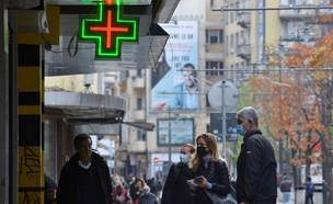 בדיקות קורונה בבולגריה (צילום:  Circlephoto, shutterstock)