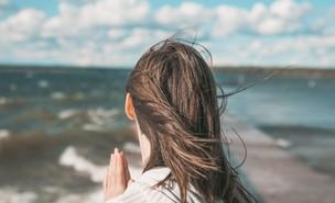 בחורה עם שיער פזור (צילום: unsplash)