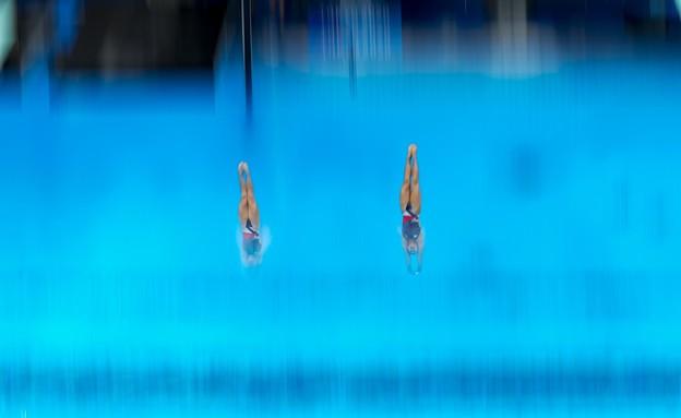 הקופצות הבריטיות בסנכרון מושלם במהלך התחרות (צילום: AP)