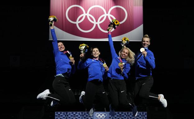 נבחרת סייף הנשים חוגגות את מדליית הזהב (צילום: Reuters)