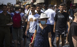 ישראלים הולכים בשוק מחנה יהודה בירושלים (צילום: אוליבר פיטוסי, פלאש 90)