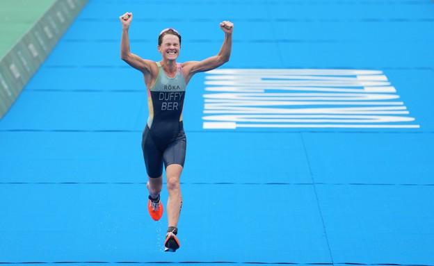 פלורה דאפי מברמודה מסיימת במקום הראשון בטריאתלון (צילום: רויטרס)