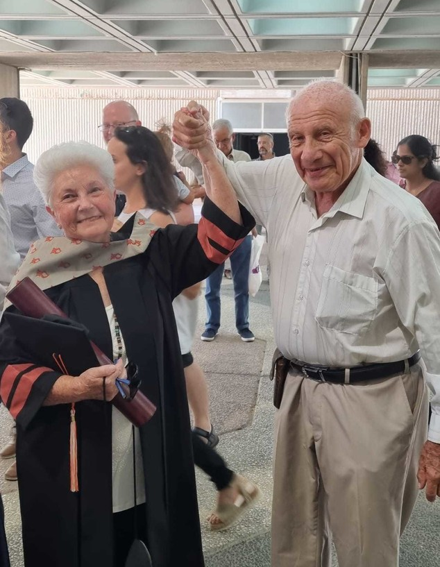 """ד""""ר גילה מלמוד ובן זוגה בטקס הענקת התואר (צילום: באדיבות המשפחה)"""