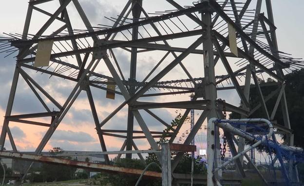 עמודי חשמל בפארק הירקון (צילום: החדשות 12)