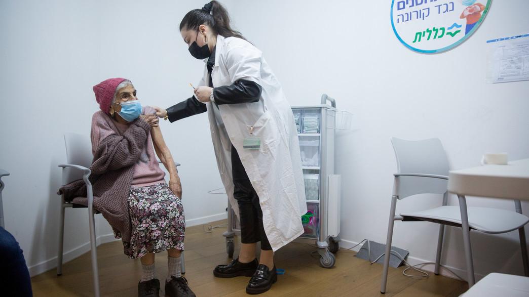 אישה מבוגרת מתחסנת לקורונה (צילום: פלאש 90)