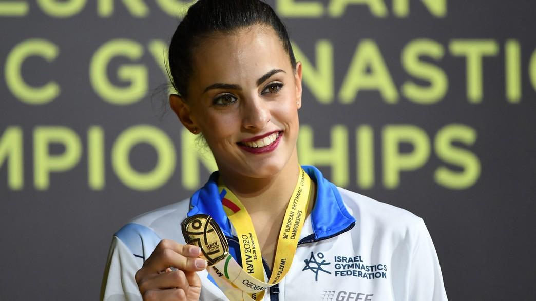 לינוי אשרם עם מדלית הזהב באליפות אירופה, נובמבר 2020 (צילום: SERGEI SUPINSKY/AFP, Getty Images)