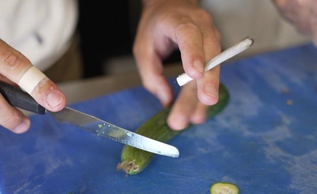 סיגריה במטבח של בסיס צבאי (צילום: N12)
