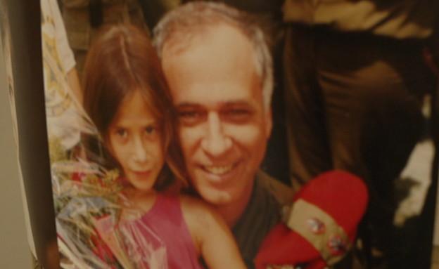 עדי אלטשולר בצעירותה עם אביה ארז (צילום: חדשות 12)