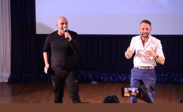 יובל המבולבל ורועי עמוס על הבמה יחד בהרצאה של עמוס (צילום: שי קוסקס מחברת מומנטוס, יחסי ציבור)