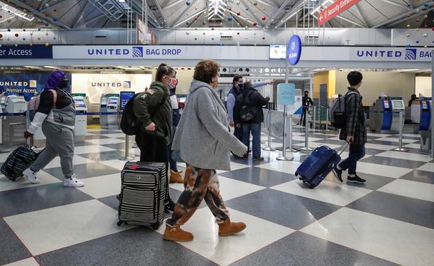 """אנשים עם מסיכות בשדה התעופה בשיקגו, ארה""""ב (צילום: שי פרנקו, רויטרס)"""