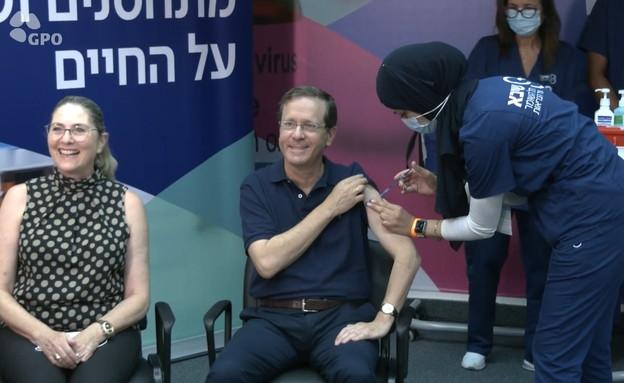 נשיא המדינה יצחק הרצוג פותח במבצע החיסון השלישי