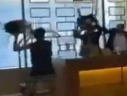 משליכים כיסאות, מכים ומקללים: אורחים במלון בירושלים התעמתו עם עובדים במקום