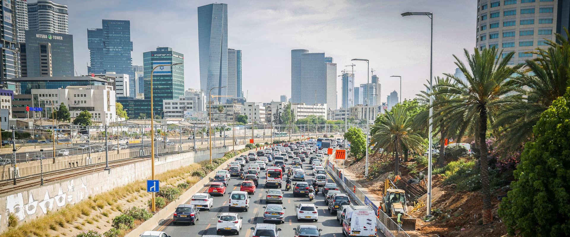 פקק תנועה בנתיבי איילון בגלל עבודות בכביש, יוני 2020 (צילום: פלאש 90)