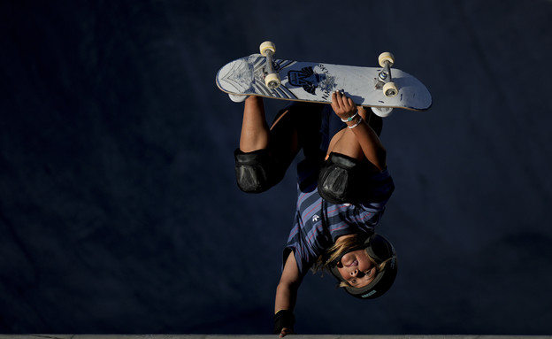 סקאי בראון מתחרה בתחרות הסקטבוארד האולימפית (צילום: ap)