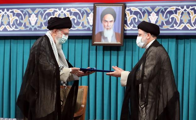 ח'מנאי מעניק את כתב המינוי לראיסי (צילום: reuters)