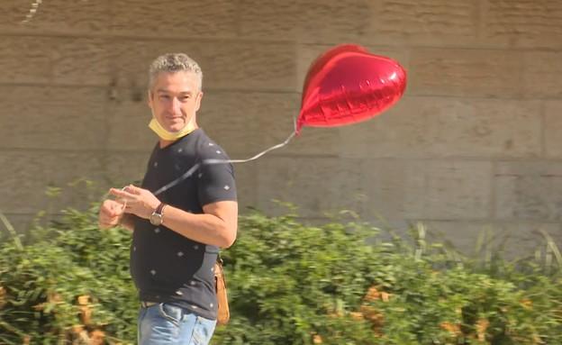 אביו של ארטיום מקבל אותו בשדה התעופה (צילום: חדשות 12)