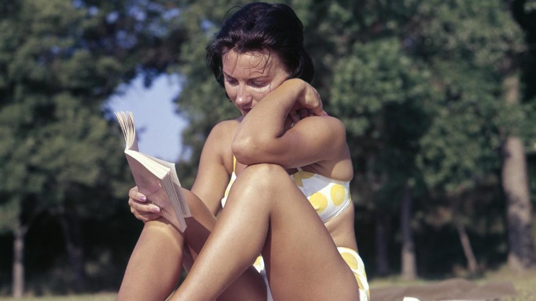 בחורה קוראת ספר בבגד ים (צילום: unsplash)