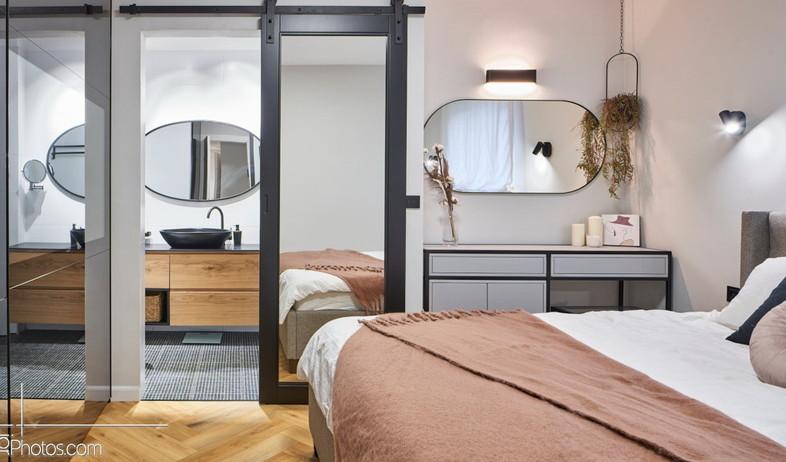 פרויקט מראות, דלת מראה לחדר הרחצה ביחידת הורים, עיצוב שחר הכט (צילום: ליאור טייטלר)