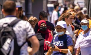 אנשים ברחוב בירושלים (צילום: פלאש 90)