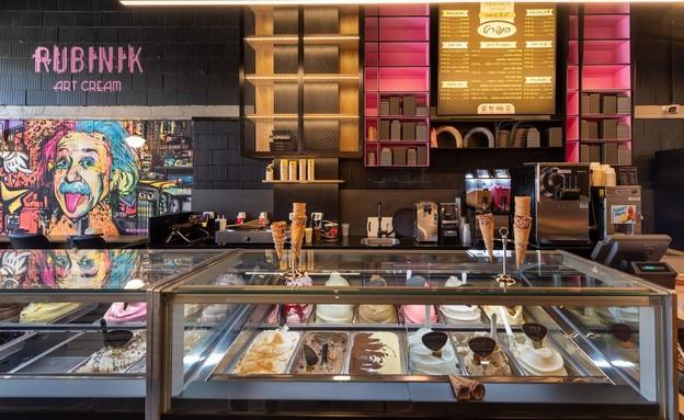 """גלידת רוביניק (צילום: יהודית הופמן מג""""ר. עיצוב גלידרייה: שרון זילברצויג, יחסי ציבור)"""