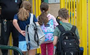 תלמידים מגיעים לבית הספר בתל אביב, אפריל 2021 (צילום: אבשלום שושני, פלאש 90)