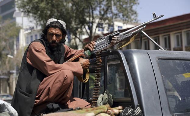 כוחות הטליבאן עם נשק אמריקאני בבירת אפגניסטן  (צילום: AP)