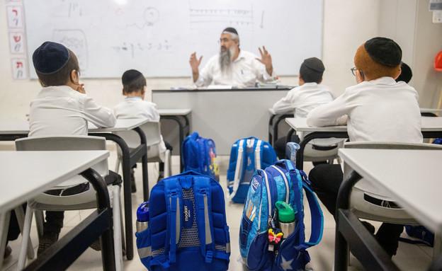 ילדים חרדים יושבים מול מורה בבית הספר (צילום: יונתן זינדל, פלאש 90)
