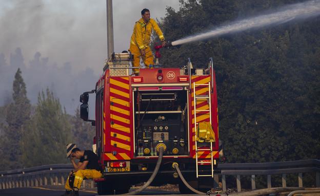 לוחמי האש מנסים לכבות שריפה במושב גבעת יערים (צילום: אוליבר פיטוסי, פלאש 90)