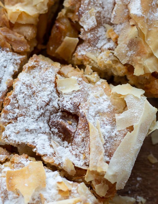 עוגת פילו תפוחים חתוכה לקוביות (צילום: נופר צור, אוכל טוב)