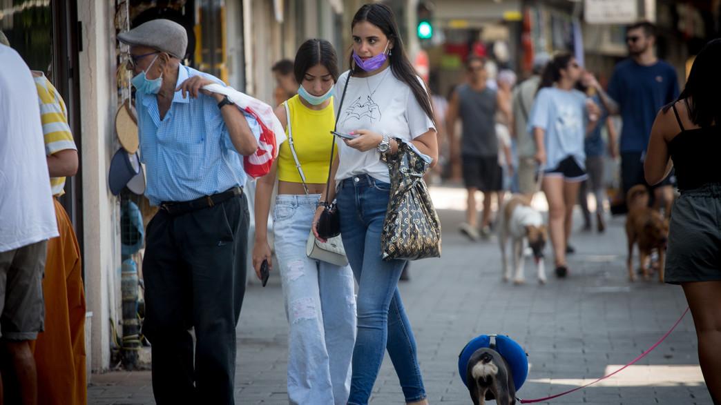 אנשים הולכים ברחוב עם מסכות (צילום: מרים אלסטר, פלאש 90)