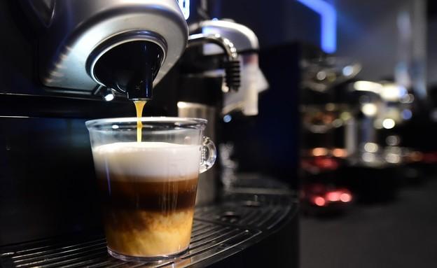 מכונת קפה בתערוכת מוצרי יוקרה בהוליווד (צילום: FREDERIC J. BROWN/AFP, Getty Images)