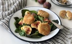 """סלט ירוק של קיץ עם תאנים ו""""שניצל"""" גבינת עיזים (צילום: מאיה דרין)"""